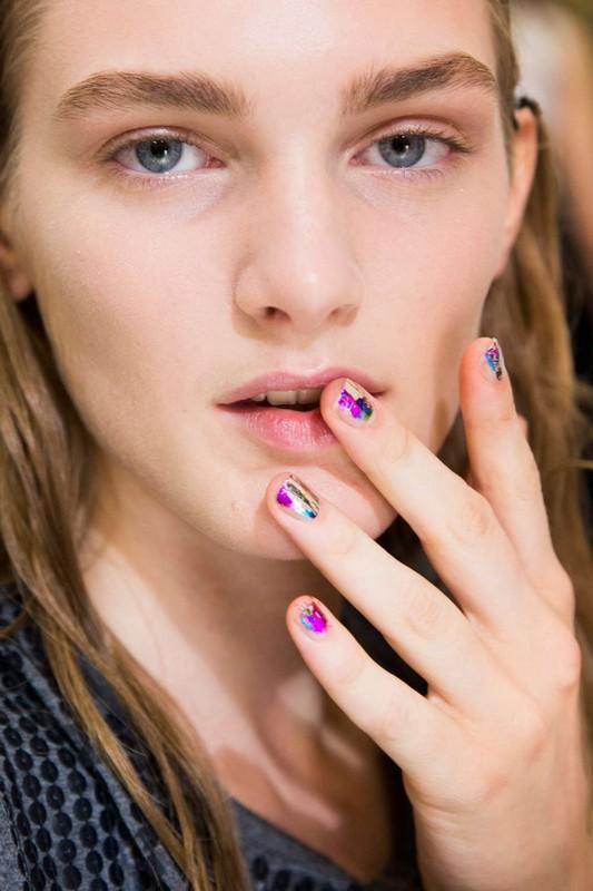 ClioMakeUp-trend-unghie-corte-star-manicure-chic-romantico-nail-art-2.jpg