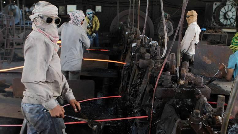 Rajhu trabajaba en esta siderúrgica. Sus compañeros de trabajo lo alentaron a matar a su hermana por verse públicamente con un cristiano (AP)