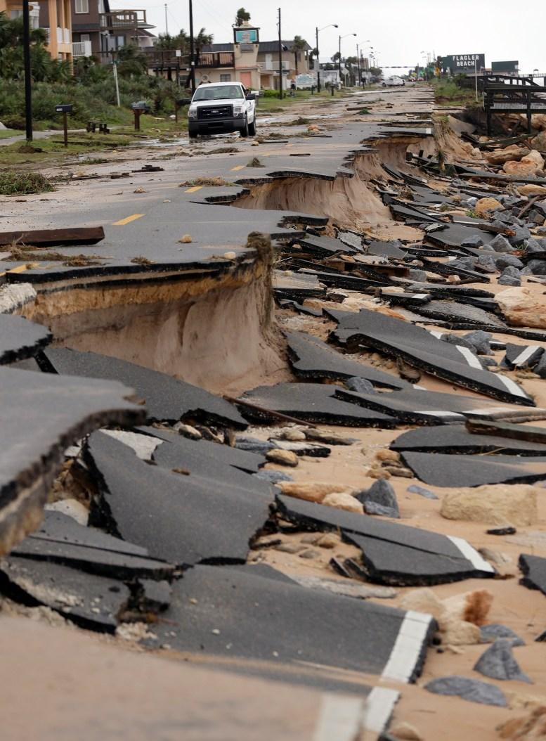 La tormenta dejó cinco muertos durante su peligroso trayecto en paralelo a la costa este de Estados Unidos, y continúa provocando graves inundaciones (AP Photo/Eric Gay)