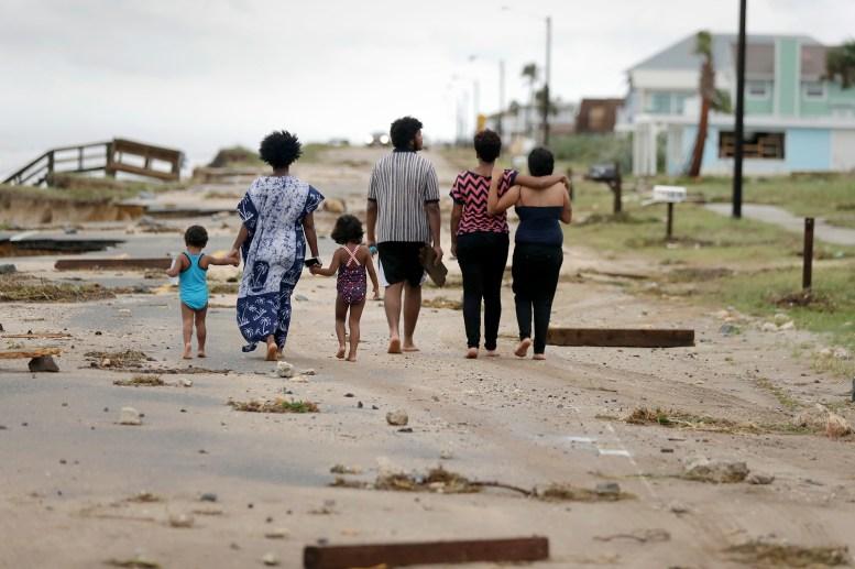 Lincoln Emberton y su familia caminan en medio de la desolación en Flagler Beach (AP Photo/Eric Gay)