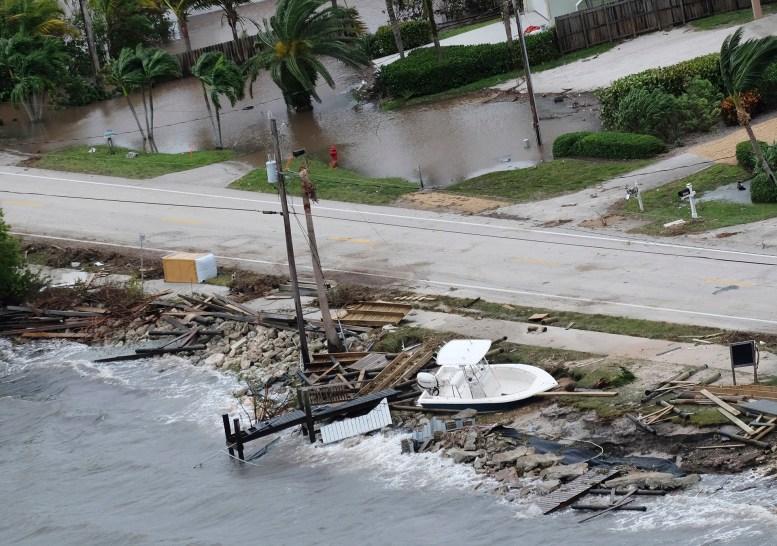 Un bote y restos de destrozos cubrieron la costa en Melbourne (AP Photo/Gaston De Cardenas)