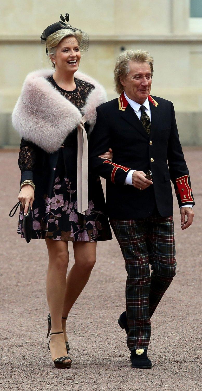 Rod Stewart lució unos pantalones con estampado tartán y una chaqueta con estilo militar
