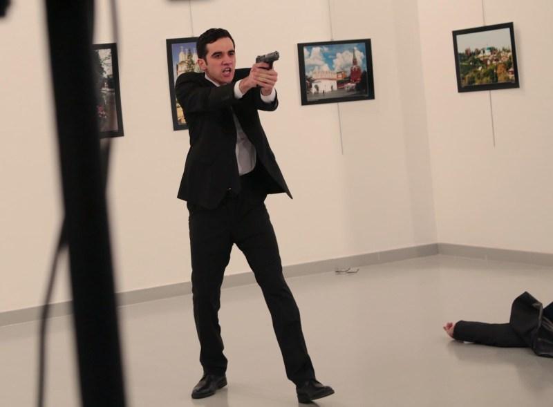 El momento inmediatamente posterior al asesinato de Andrei Karlov (AP)