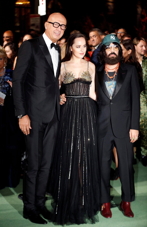 El CEO de la firma Gucci, Marco Bizzarri, Dakota Johnson y el director creativo de la firma Alessandro Micheli, multipremiado por su compromiso con el medio ambiente (Reuters)