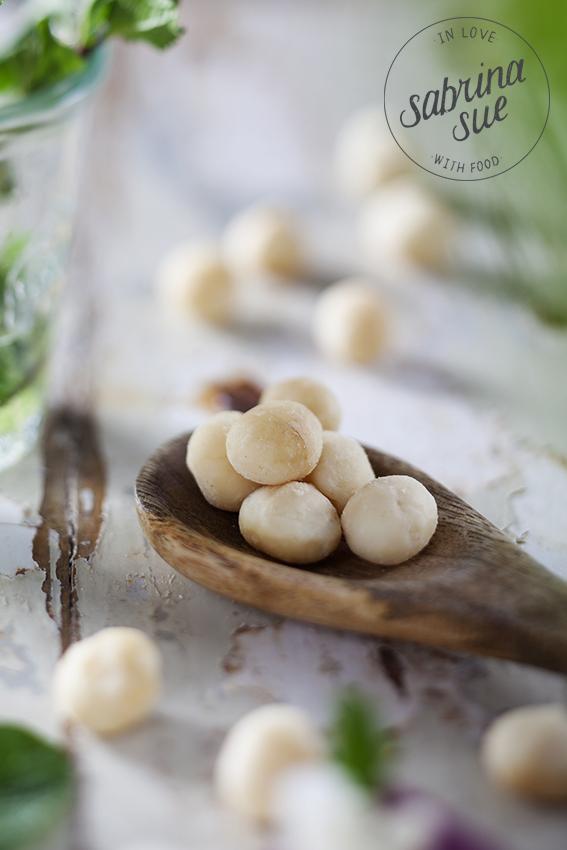 macadamias auf Holzloeffel
