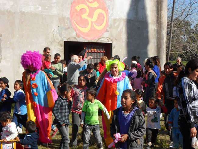 Argentina - Devotees organising games with children - Noccan Kani