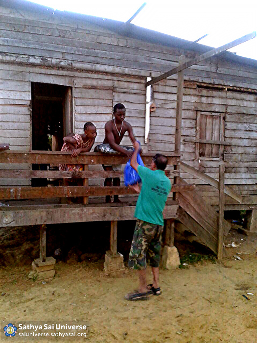 Suriname STP - Volunteers serving door-to-door