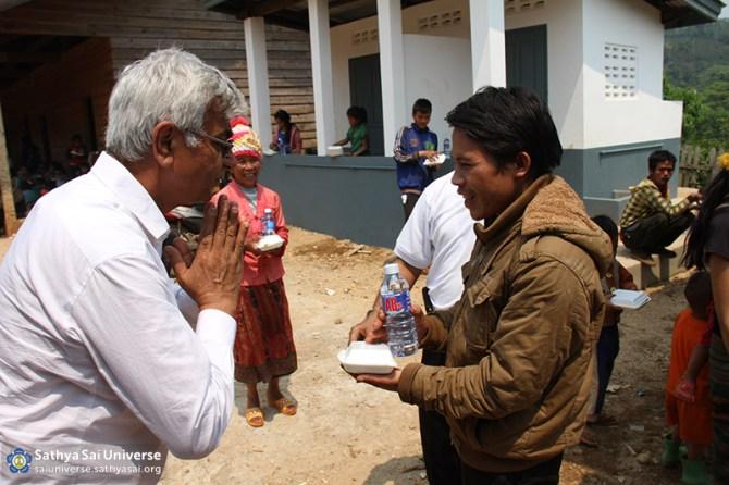 Sathya Sai volunteer distributing food