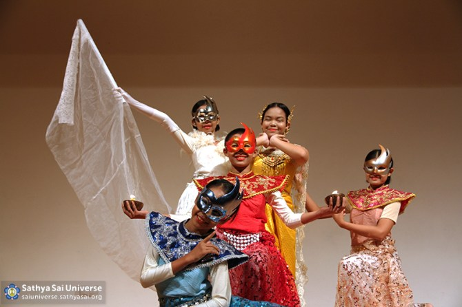 Z4 Thailand Thai Dance by Sathya Sai School children