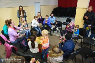 2015_10_18_ Z8_ Ukraine_ Kiev_  Serve the Planet_ Conducting a class for refugee children