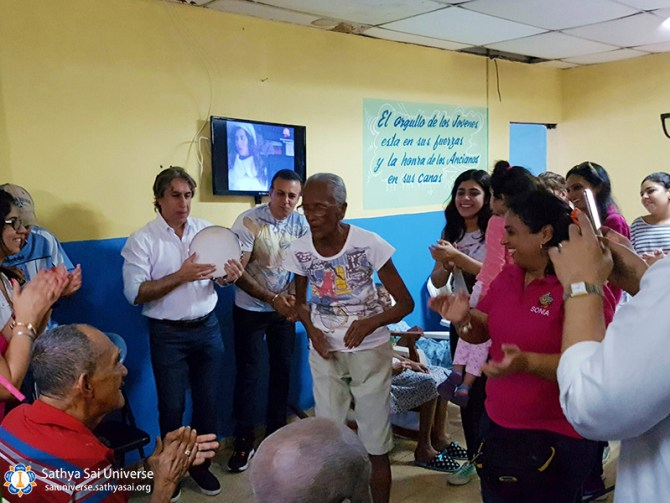 2a-zone-panama-2016-november-19-singing-with-elderly-copy