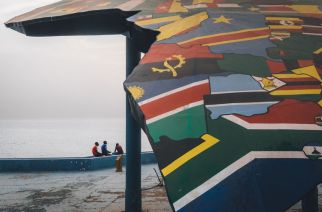 FELWINE SARR, dans son livre AFROTOPIA, aime tordre le cou à la pensée établie : « L'Afrique n'a personne à rattraper »