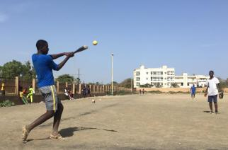 Des jeunes jouent au baseball dans le quartier de Ouakam, Dakar, Sénégal. © RFI/Guillaime Thibault