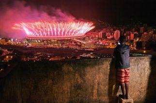 Un garçon regarde le feu d'artifice de la cérémonie de clôture des jeux de Rio, depuis la favela de Mangueira, le 21 août. CARL DE SOUZA - AFP