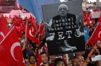 Des manifestants pro-Erdogan brandissent une pancarte contre Fetullah Gülen où est écrit: «Feto, le traitre à l'origine du coup d'Etat» (Feto est un surnom péjoratif de l'imam). Le président turc Recep Tayyip Erdogan l'accuse d'être le penseur du putsch manqué du 15 juillet 2016 et a demandé son extradition des Etats-Unis. © Hussein Malla / AP / SIPA