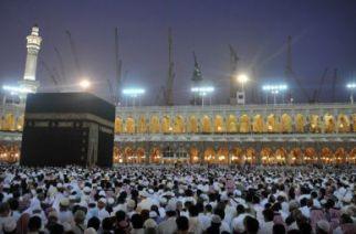 Des pèlerins musulmans autour de la Kaaba accomplissent le pèlerinage de la omra, dans la ville sainte de La Mecque, en Arabie Saoudite, le 17 juin 2012. © FAYEZ NURELDINE-AFP