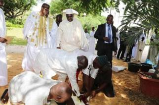 Le président sénégalais lors de l'immolation de son mouton