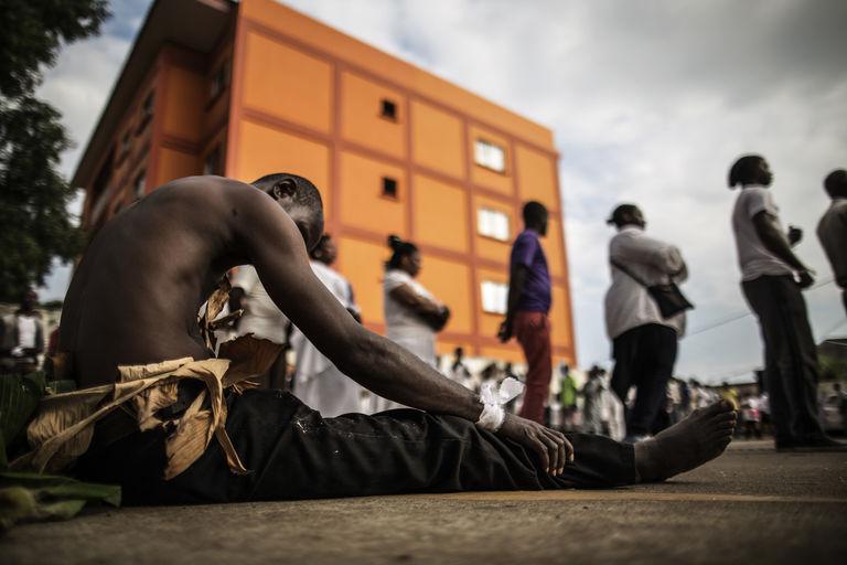Libreville, 6 septembre 2016. Un homme en habits traditionnels a rejoint les cérémonies de deuil pour les opposants morts dans les violences post-électorales. CRÉDITS : MARCO LONGARI / AFP