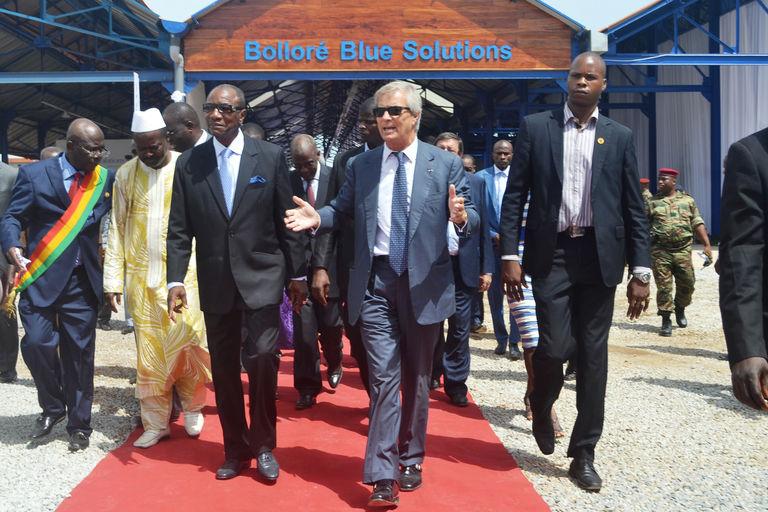 Vincent Bolloré et le président guinéen, Alpha Condé, à Conakry, en juin 2014. CRÉDITS CELLOU DIALLO - AFP