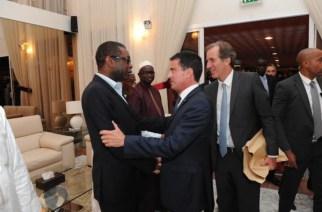 Youssou Ndour et le Premier Ministre Français Manuel Valls, vieux amis, que se sont-ils dit ?