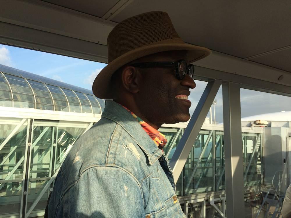 L'écrivain Alain Mabanckou dans l'avion qui l'emmène à Dakar, le 27 octobre dernier, pour les Ateliers de la pensée. © Valérie Marin la Meslée