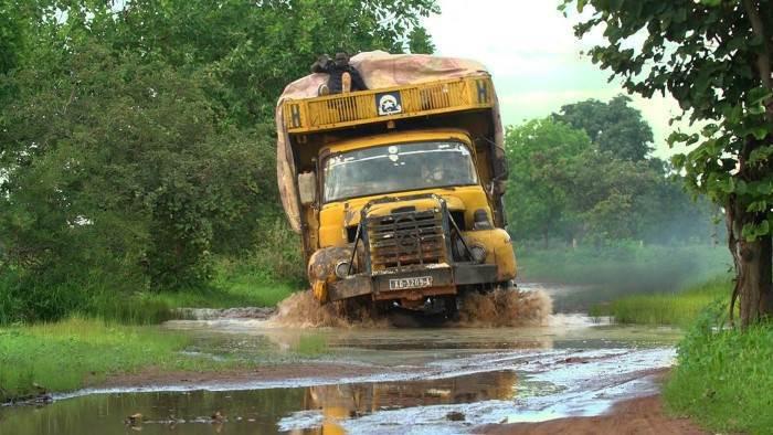Au Sénégal, tous les ans, à la saison des pluies, les eaux recouvrent des régions entières, villes comprises, provoquant un véritable exode climatique vers la Casamance. La route passe par la Gambie, petit pays enclavé traversé par le fleuve du même nom, qui se dresse telle une barrière au milieu du Sénégal, et dont l'une des principales ressources est le racket des voyageurs. Des exilés saisonniers sont empêtrés sur des pistes transformées en pièges de boue par les pluies. Des femmes effectuent un travail harassant dans les rizières et les pêcheurs à bord de leurs longues pirogues de bois bravent l'océan et ses dangers pour un salaire de misère. Garder la tête hors de l'eau devient un défi quotidien.
