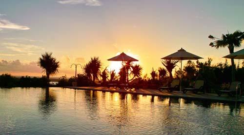 """7, Année du tourisme durable et du développement"""", l'occasion est donnée à plusieurs pays, notamment en Afrique, d'envisager ce secteur sous un nouvel angle. Un exercice qui devrait permettre au Sénégal, qui mise désormais sur l'écotourisme de peaufiner sa stratégie. Le tourisme est une activité contributrice du développement économique au Sénégal. Il constitue une part importante de l'économie nationale. Dans certaines localités du pays, le tourisme représente une part prépondérante voire l'unique entrée de devises et source de création d'emplois, qui pour l'essentiel contribuent au maintien du tissu-socio-économique dans de très nombreuses régions du pays. Toutefois, cette forte activité touristique dans le pays, n'est pas sans danger, surtout dans les zones côtières, où de nombreux défi doivent être relevés. En effet, les milieux les plus riches en biodiversité, comme les régions proches de l'océan, sont aussi les plus attractives pour le tourisme et malheureusement les plus sensibles. Ces espaces paient un lourd tribut aux activités humaines, dont le tourisme fait partie, par exemple pour la construction des hôtels sur la """"petite côte"""". Un constat que regrette le Directeur Afrique de l'Ouest de JumiaTravel, Guillaume Pepin. « Nous avons besoin de beaux hôtels, mais nous devons également penser à préserver nos côtes, car c'est une richesse pour le secteur du tourisme, et notamment avec les enjeux environnementaux », a-t-il prononcé lors d'un point de presse. L'essentielle préservation des espaces naturels et culturels En effet, sans la préservation des ressources naturelles (plages, déserts, montagnes, récifs coralliens, forêts) et des richesses culturelles (traditions, us et coutumes), l'essence même du produit touristique est compromise, et les acteurs de ce secteur devraient davantage s'impliquer pour préserver ces atouts. Une meilleure prise en compte de ces exigences, permettrait des pratiques durables pouvant donner de meilleures marges de profits, grâce à """
