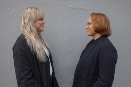 Eirin L. Storesund (til venstre) er teatersjef og er regissør. Foto: Elise Løvereide