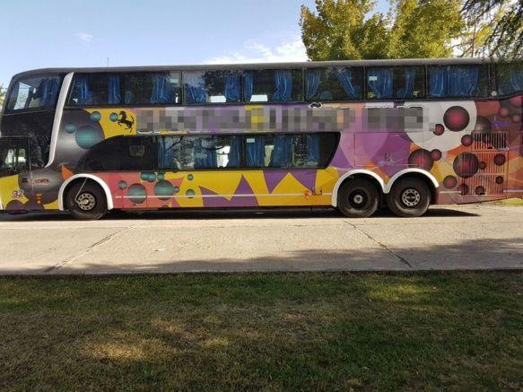 El ómnibus donde viajaban la adolescente y el hombre detenido (GN).