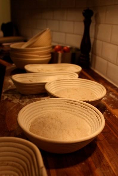 Surdegsbröd behöver lite mer stöd vid jäsningen än andra bröd. Därför är jäskorgar bra att ha. Man mjölar ordentligt för att degen inte ska fastna. Dessutom blir det väldigt fina mjölringar på bröden.