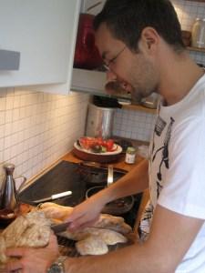 Kaspar tycker absolut inte att vi ska fota hans alster förrän han har delat det stora brödet på mitten.