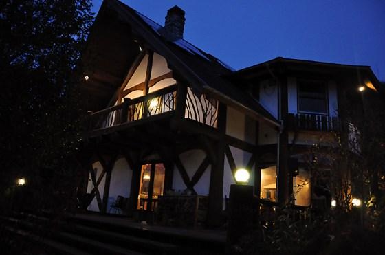夕暮れの麦の穂ログハウス