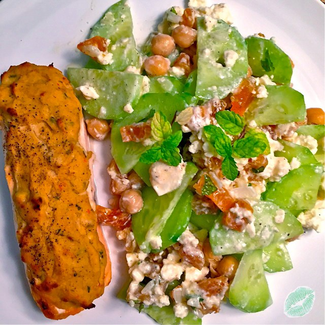 Lachs und orientalicher Gurkensalat