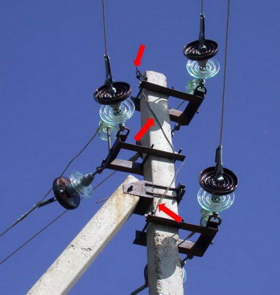 Пример птицеопасной опоры ЛЭП (красными стрелками показана система заземления). Фото О. Горошко