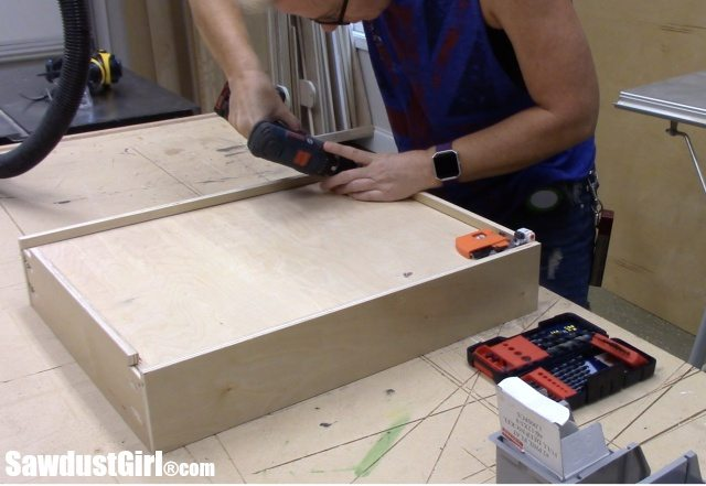 Building cabinet drawers
