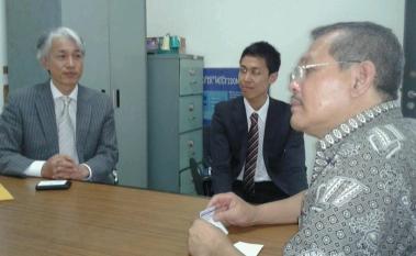 Mr. Kanbe (kiri), Mr. Mikami (tengah) dan Prof. Dr. Ir. Iping Supriana, DEA (kanan)