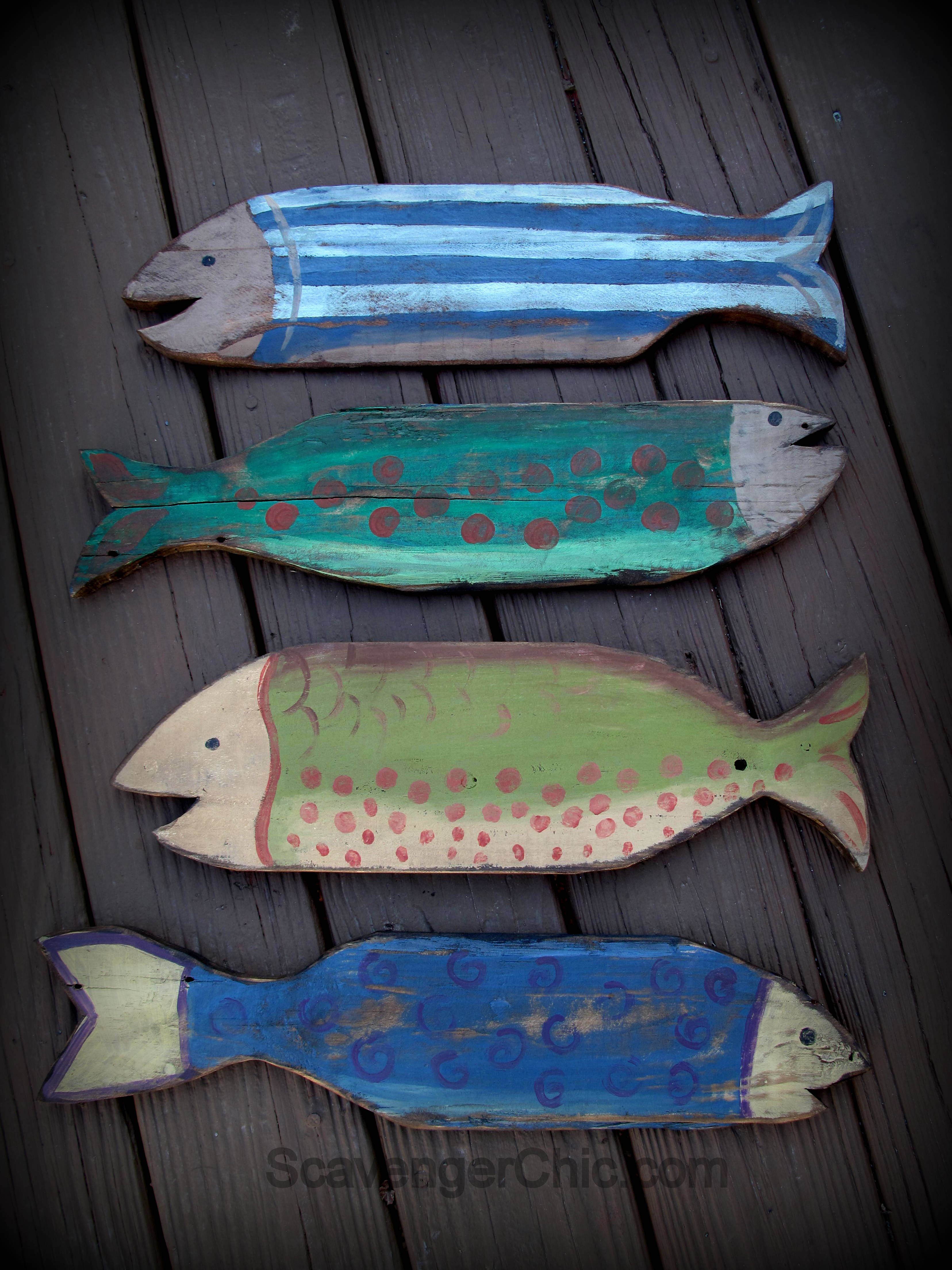 Pallet wood fish wall decor diy scavenger chic for Wood craft painting ideas