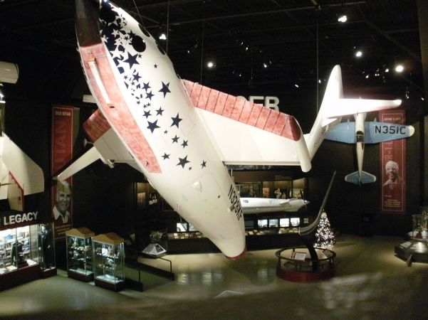 Replik des SpaceShipOne mit Tragflächen in Feather-Konfiguration. Bild: Wikimedia Commons, Chris857, CC BY-SA 3.0.