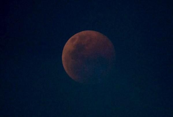 Total verfinsterter Mond durch die Atmosphäre aufgenommen. Bild: Alexander Gerst, Flickr, CC BY-NC-SA 2.0 . Vom Autor geringfügig nachbearbeitet, da unterbelichtet.