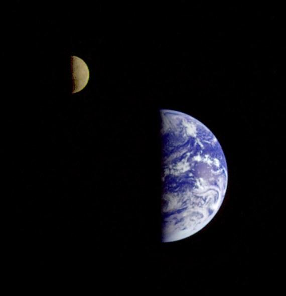 Erde und Mond, im Jahre 1992 aufgenommen aus 6,2 Millionen km Entfernung von der Jupitersonde Galileo nach einem Flyby an der Erde vorbei auf dem Weg zum Jupiter. Bild: NASA, gemeinfrei.
