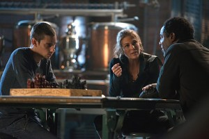 "The 100 -- ""Bitter Harvest"" -- Image HU306a_0340 -- Pictured (L-R): Devon Bostick as Jasper, Paige Turco as Abby, and Isaiah Washington as Jaha -- Credit: Diyah Pera/The CW -- © 2016 The CW Network, LLC. All Rights Reserved"