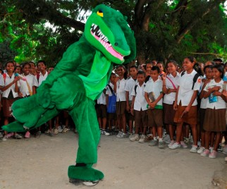 "Amphibious assault ship Peleliu's mascot entertains schoolkids in Dili, Timor-Leste on a break during ""Crocodilo"" exercises.//MC3 Ian Campbell/Navy"