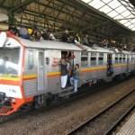 屋根の上にも乗客満載!ジャカルタ首都圏通勤電車のカオスな状況【インドネシア】