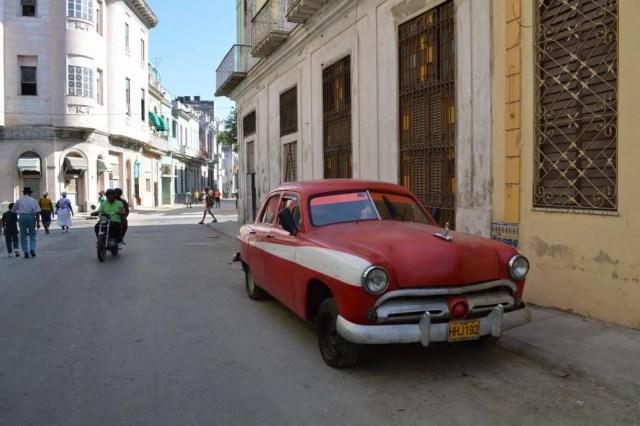 クラシックカーのいるハバナ旧市街の風景 【キューバ Cuba】