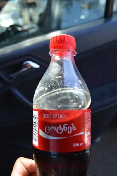 ゼスタポニの町でコーラを飲む(メスティアから車でトビリシへ)【ジョージア(グルジア)Georgia:საქართველო】
