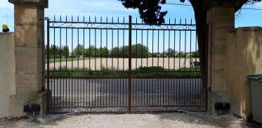 Installation d'un automatisme de portail chez un particulier.