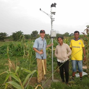 Samuel, Florindo and Isabel setting up a Hobo Weather Station at the MAF Loes Research Station with a crop of Sele and velvet bean.