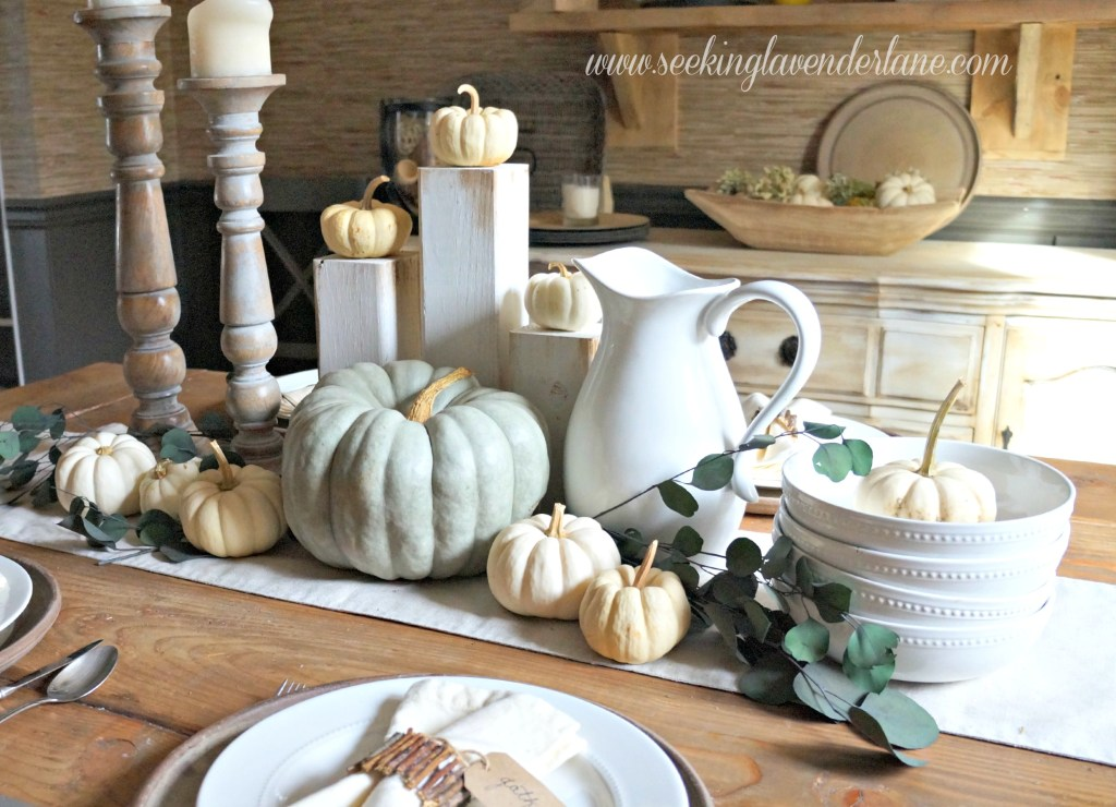 Easy neutral Thanksgiving tablescape