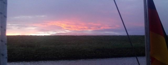 Bald geht die Sonne auf, während sich Bea Orca zur Mündung vorarbeitet