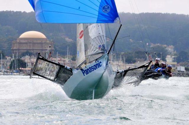 18 Footer in Sydney fliegt seinem Gennaker hinterher. © 18 Footer League